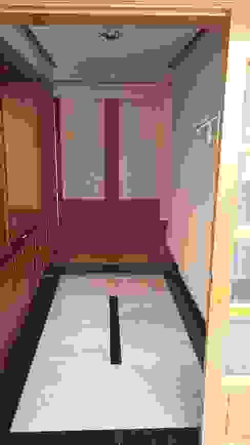 현관전실 공사전 사진입니다. 모던스타일 복도, 현관 & 계단 by 안목 모던