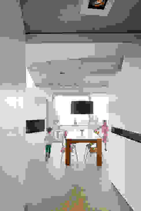 Modern dining room by LEE+MIR Modern