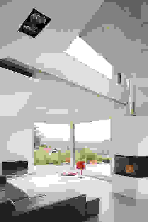Modern living room by LEE+MIR Modern