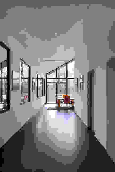 모던스타일 복도, 현관 & 계단 by Luc Spits Architecture 모던
