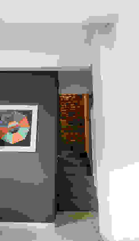 Casa L-B Pareti & Pavimenti in stile moderno di QUADRASTUDIO Moderno Pietra