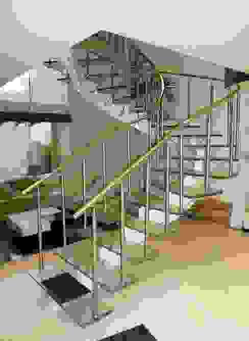 Escalera de Cristal Laminado con Pasamanos y Herrajes de Acero Inoxidable - Vista 1 Pasillos, vestíbulos y escaleras de estilo moderno de INGENIERIA Y DISEÑO EN CRISTAL, S.A. DE C.V. Moderno Vidrio