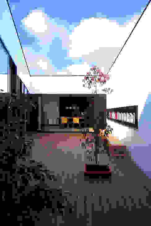 インナーコートのある家 モダンデザインの テラス の BDA.T / ボーダレスドロー モダン