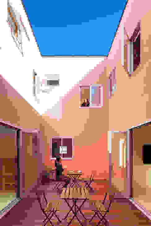 KMA しかくい空: 板元英雄建築設計事務所が手掛けたテラス・ベランダです。,モダン