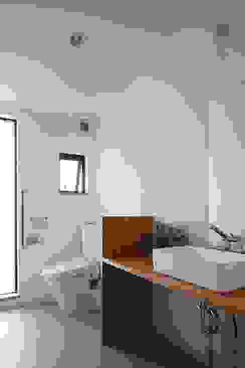 庭と繋がるテラスハウス 北欧スタイルの お風呂・バスルーム の アトリエグローカル一級建築士事務所 北欧