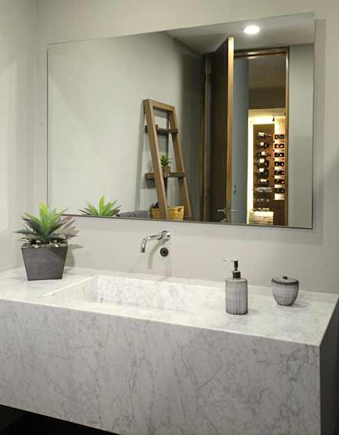 Baño de area de bar:  de estilo  por VICTORIA PLASENCIA INTERIORISMO, Moderno Mármol