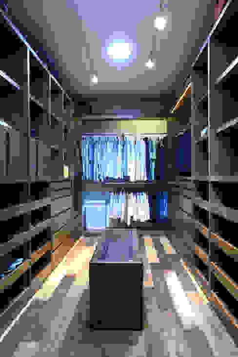 Dressing room by VICTORIA PLASENCIA INTERIORISMO
