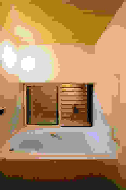 Casas de banho ecléticas por 岩川アトリエ Eclético