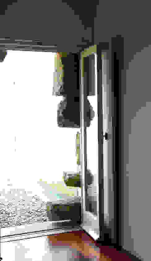 Entrada Janelas e portas modernas por MANUEL CORREIA FERNANDES, ARQUITECTO E ASSOCIADOS Moderno