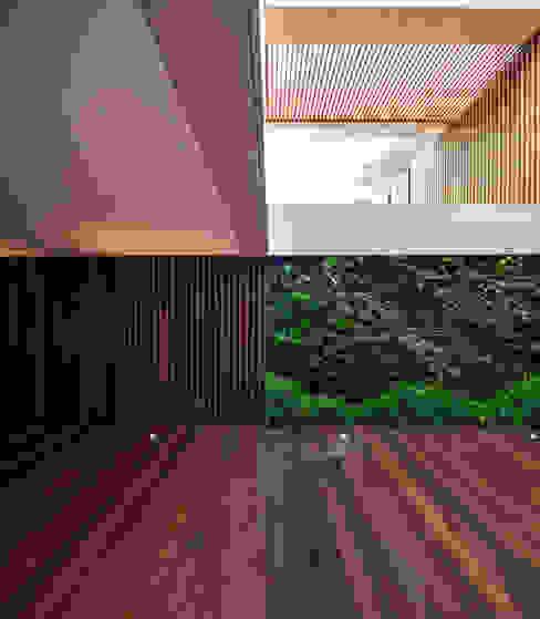 Moradia * Vilamoura (Pinhal Velho): Jardim  por LC Vertical Gardens