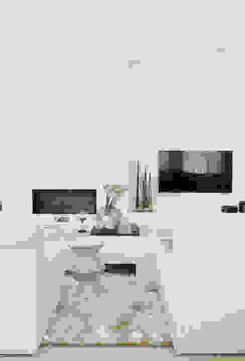 Appartement aan Zee :  Woonkamer door Grego Design Studio,