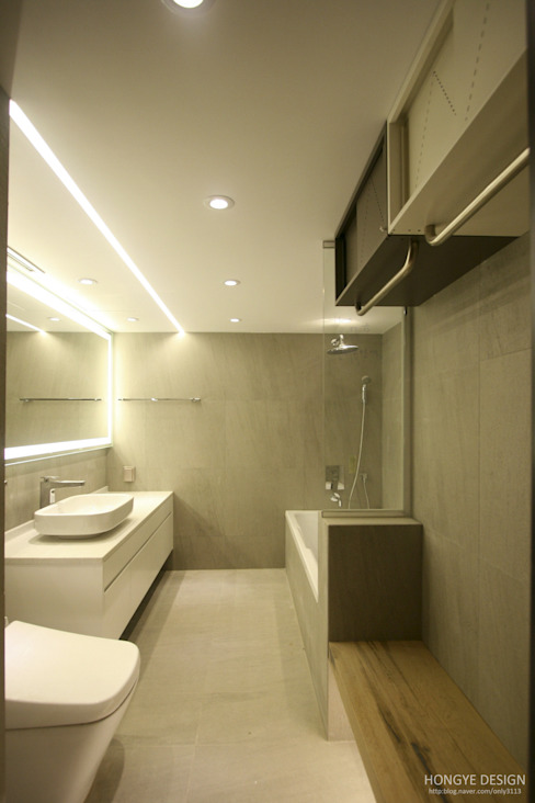Modern bathroom by 홍예디자인 Modern