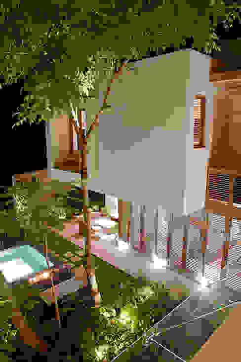 Jardines de estilo ecléctico de Mayúscula Arquitectos Ecléctico