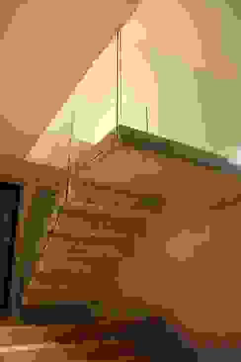 STL_01 Corredores, halls e escadas modernos por TRAMA arquitetos Moderno
