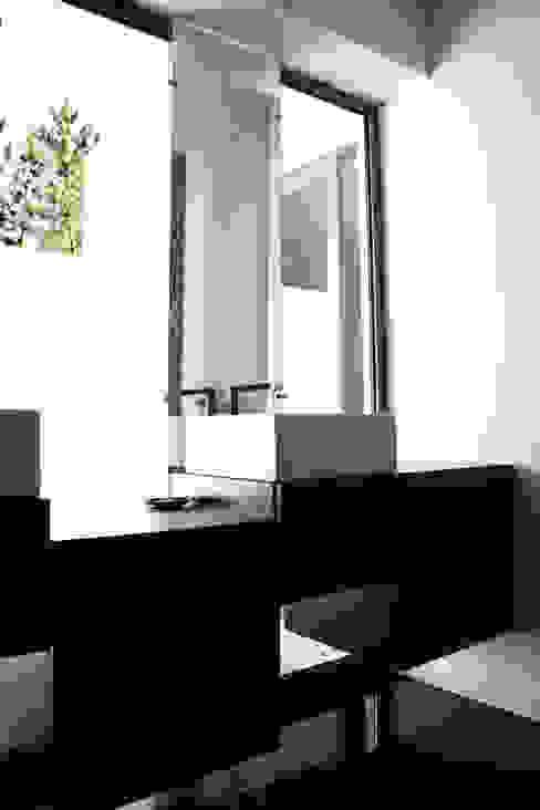 Ванная комната в стиле модерн от TRAMA arquitetos Модерн