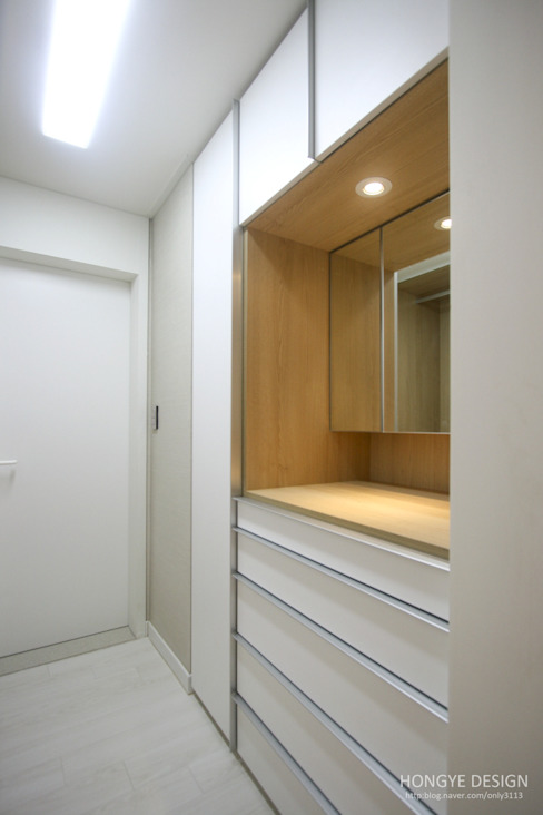 4인가족이 사는 화이트톤의 깔끔한 집_32py 모던스타일 드레싱 룸 by 홍예디자인 모던
