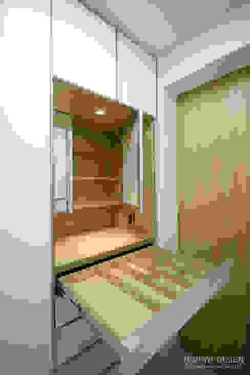 4인가족이 사는 화이트톤의 깔끔한 집_32py: 홍예디자인의  드레스 룸,모던