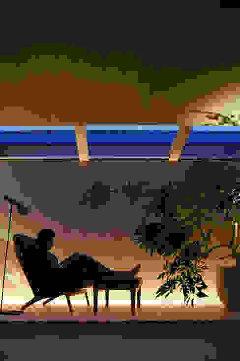 O邸: 中塚健仁建築設計事務所が手掛けたリビングです。,モダン