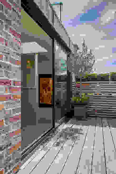 The roof terrace at the Chelsea House. Балкон и терраса в классическом стиле от Nash Baker Architects Ltd Классический