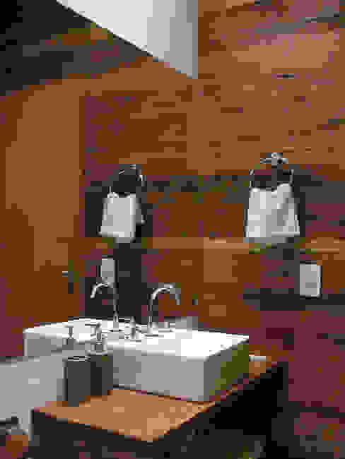 Casa Dois Casais Banheiros rústicos por Cabana Arquitetos Rústico Madeira Efeito de madeira