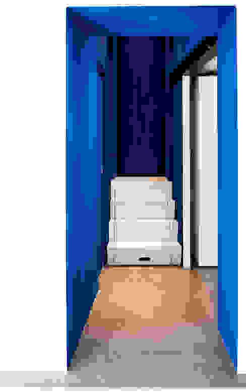 Mediterranean corridor, hallway & stairs by Ossigeno Architettura Mediterranean