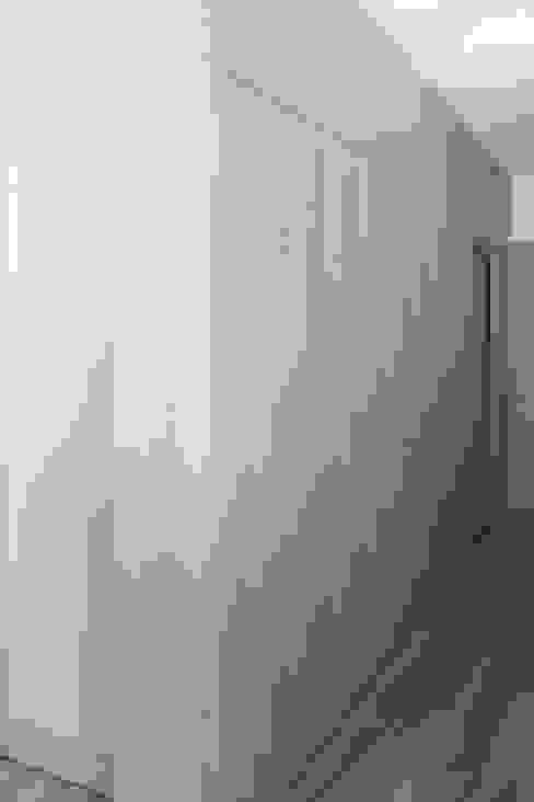 Casa S Ingresso, Corridoio & Scale in stile minimalista di TIPI STUDIO Minimalista