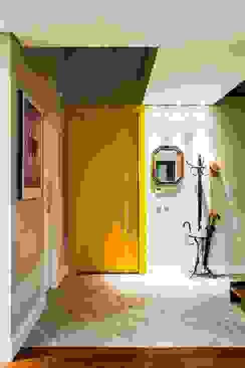 Pasillos, halls y escaleras minimalistas de cunha² arquitetura Minimalista