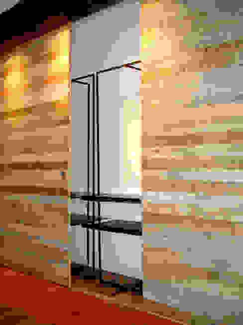 di Atelier de Desseins Moderno Legno Effetto legno