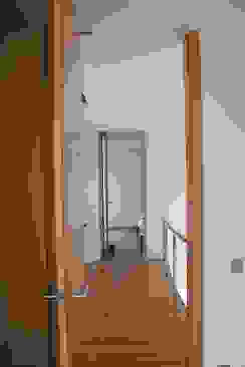Moradia Almancil. Algarve. Portugal Corredores, halls e escadas minimalistas por bkx arquitectos Minimalista