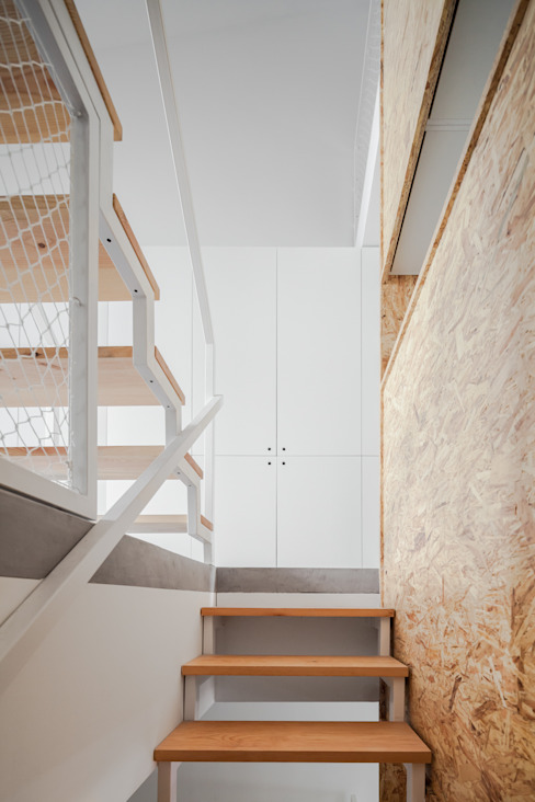 Pasillos, vestíbulos y escaleras de estilo minimalista de URBAstudios Minimalista