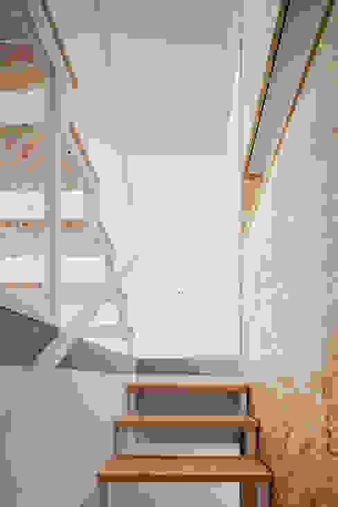 Minimalist corridor, hallway & stairs by URBAstudios Minimalist