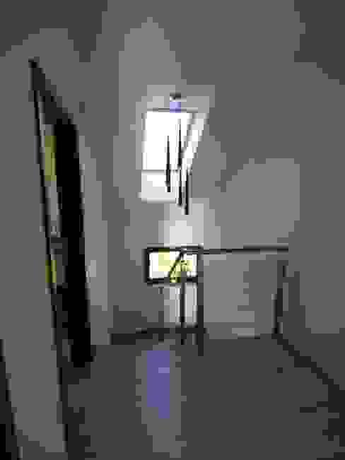Dom Babidół Nowoczesny korytarz, przedpokój i schody od Pracownia Projektowa Wioleta Stanisławska Nowoczesny