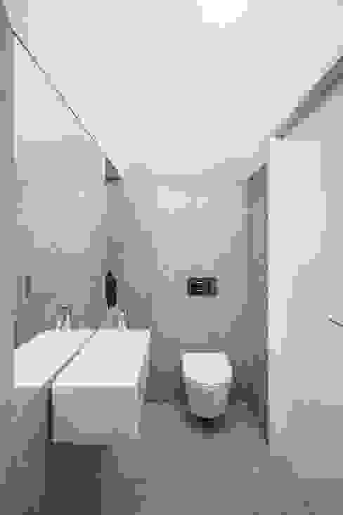 Minimalistische badkamers van URBAstudios Minimalistisch