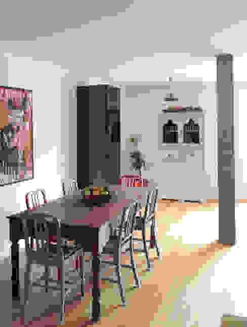 Apartamento BAC: Salas de jantar  por URBAstudios,