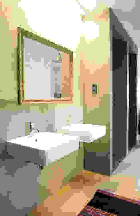 Apartamento BAC: Casas de banho  por URBAstudios,