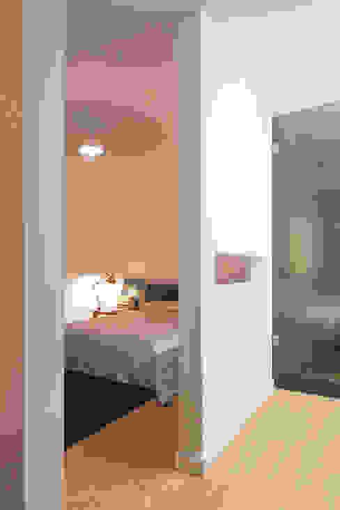 Apartamento BAC: Quartos  por URBAstudios,