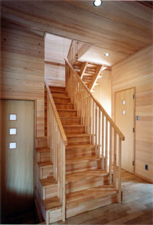 Country style corridor, hallway& stairs by 安達文宏建築設計事務所 Country