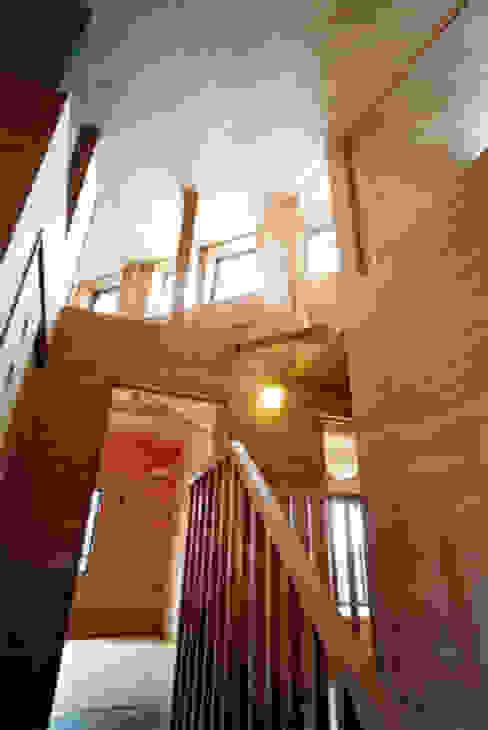 Pasillos, vestíbulos y escaleras de estilo rural de 安達文宏建築設計事務所 Rural