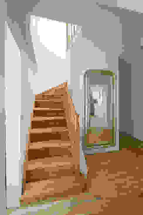 CUBE-2-BOX HOUSE Minimalistyczny korytarz, przedpokój i schody od Zalewski Architecture Group Minimalistyczny