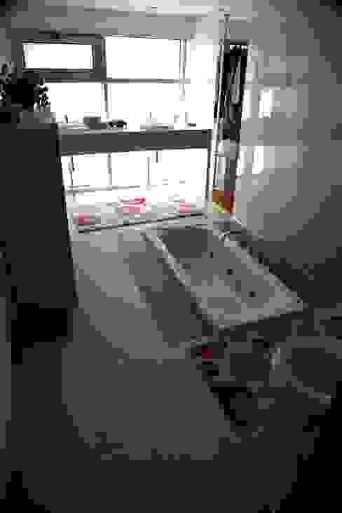 Casa Jairson Casas de banho minimalistas por ÔCO Ideias e Projectos de Arquitectura Lda Minimalista