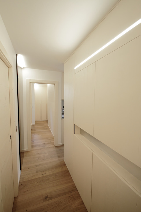 Couloir et hall d'entrée de style  par luigi bello architetto, Moderne