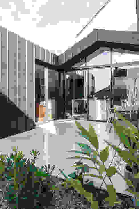 Балкон и терраса в стиле модерн от LAUS architectes Модерн