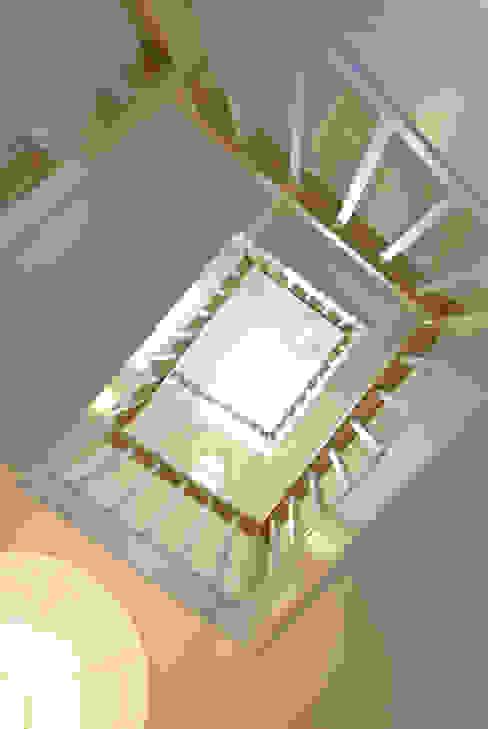Renovated Siberian Larch Stairwell モダンスタイルの 玄関&廊下&階段 の Research + Design モダン