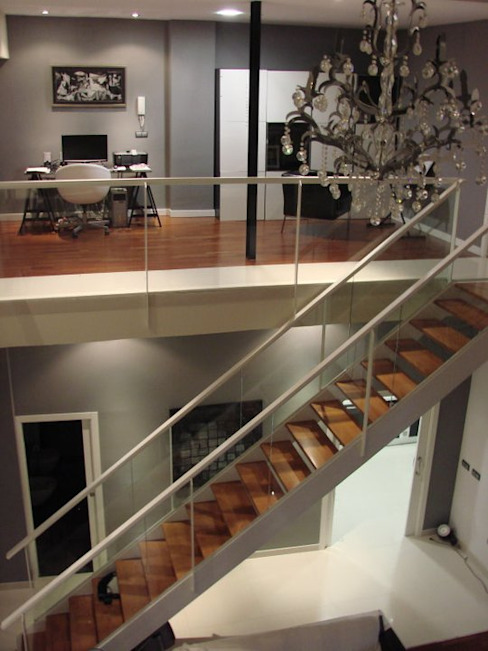 Modern Corridor, Hallway and Staircase by Soluziona Arquitectura Modern