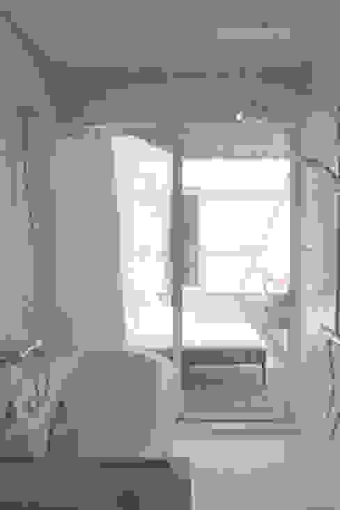 Tropical style bathrooms by 竹田廉太郎建築設計室 Tropical