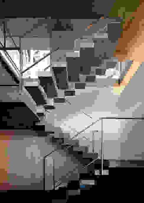 Pasillos, vestíbulos y escaleras modernos de 大井立夫設計工房 Moderno