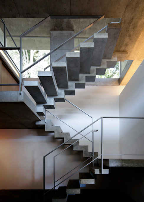 Modern corridor, hallway & stairs by 大井立夫設計工房 Modern