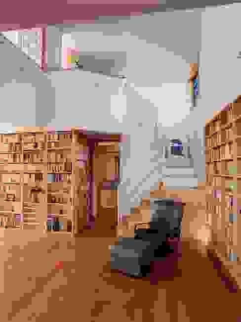 本棚に囲まれた一室空間の家: 一級建築士事務所 株式会社 空間スタジオが手掛けた廊下 & 玄関です。,北欧