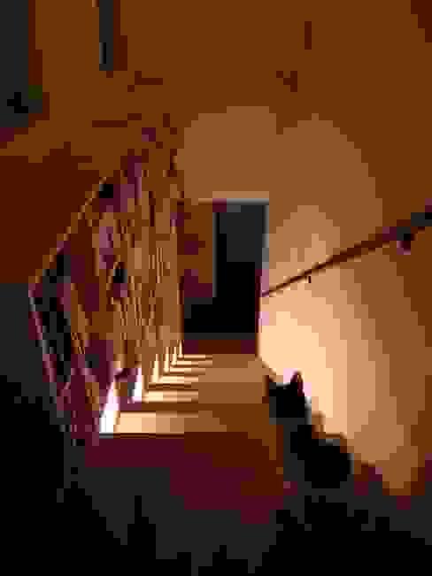 Couloir, entrée, escaliers modernes par アーキグラフデザイン Moderne