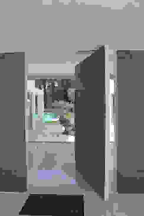 Porta pivotante - Hall de entrada Miguel Ferreira Arquitectos Corredores, halls e escadas modernos